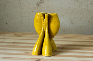 Un'opera dell'artista Jonathan Keep in ceramica