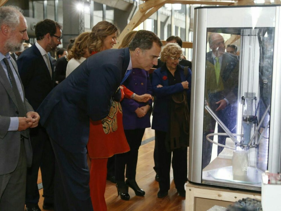 King of Spain Felipe VI looks at a Deltawasp 2040 during the 3DF printing