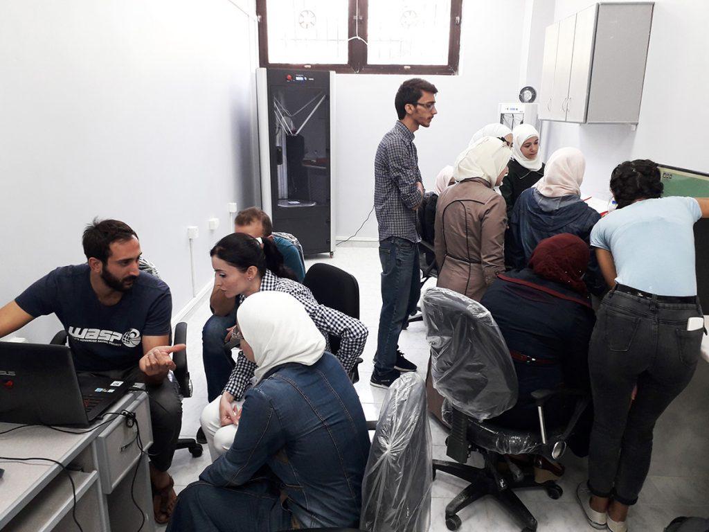 WASP in Siria - Studenti al lavoro nel laboratorio di protesi in 3d a Damasco